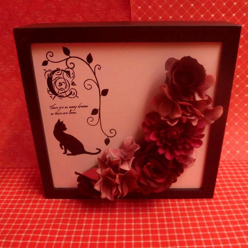 エレガントキャットのウッドフレームに シルクフラワーの薔薇、ダリア、紫陽花などをアレンジ(三日月型)♪