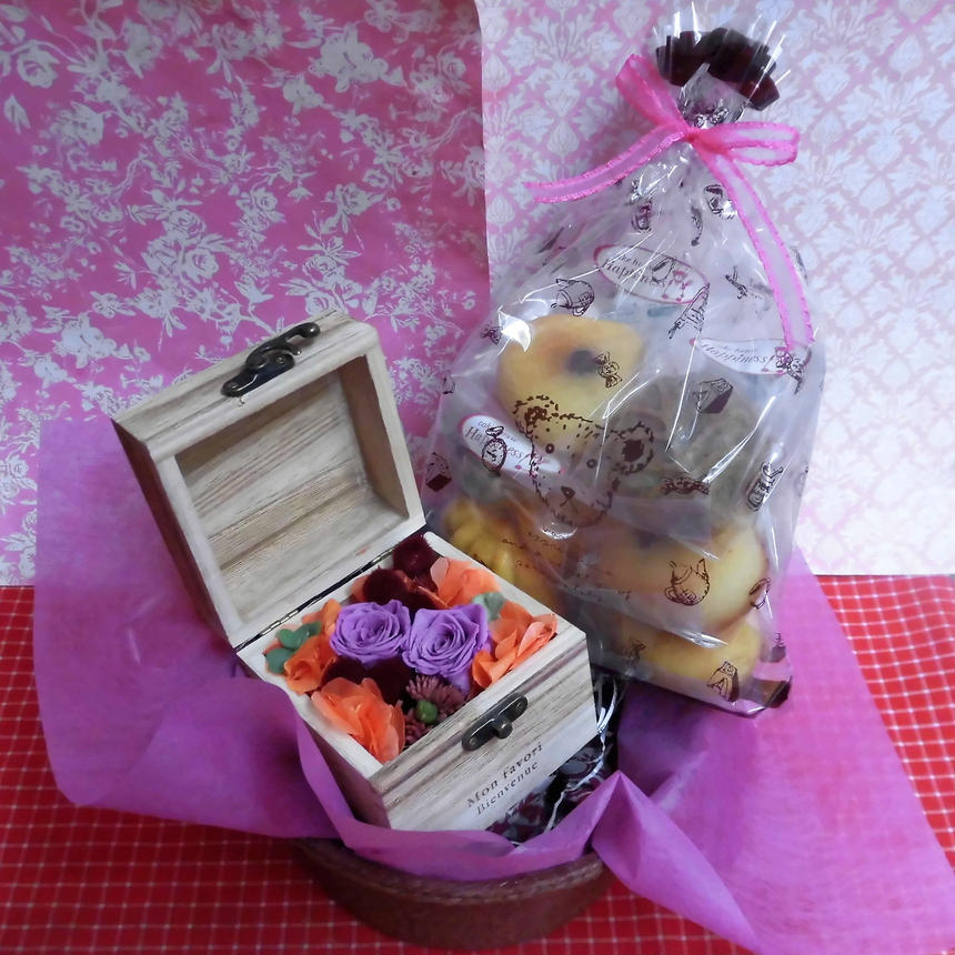 木箱に薔薇のプリザーブドフラワーの秋色アレンジと秋の焼き菓子6袋のギフトセット