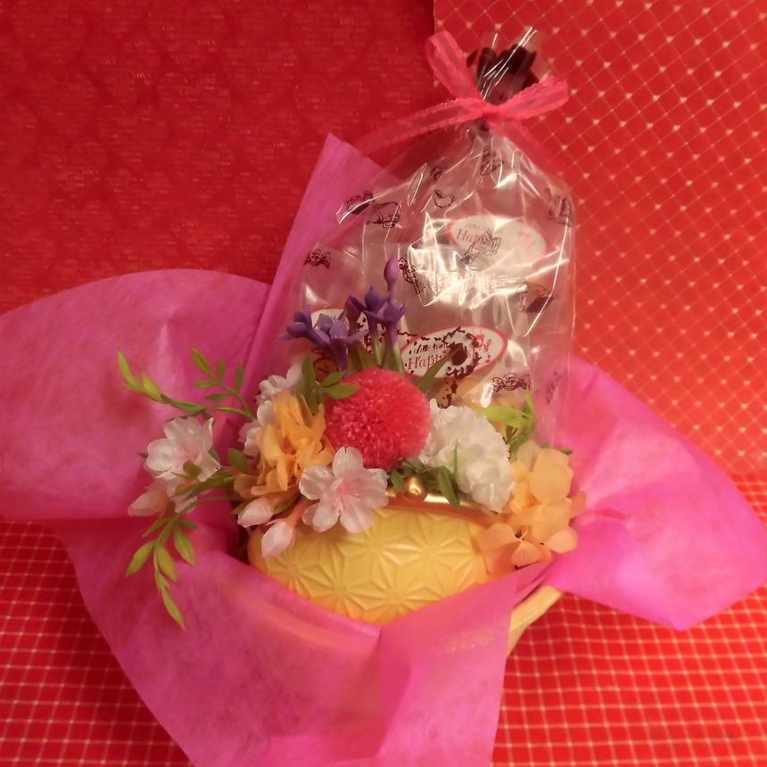 がまぐち型陶器にピンポンマムのプリザーブドフラワーをメインに桜の花をあしらったアレンジと桜の焼き菓子6袋のギフトセット