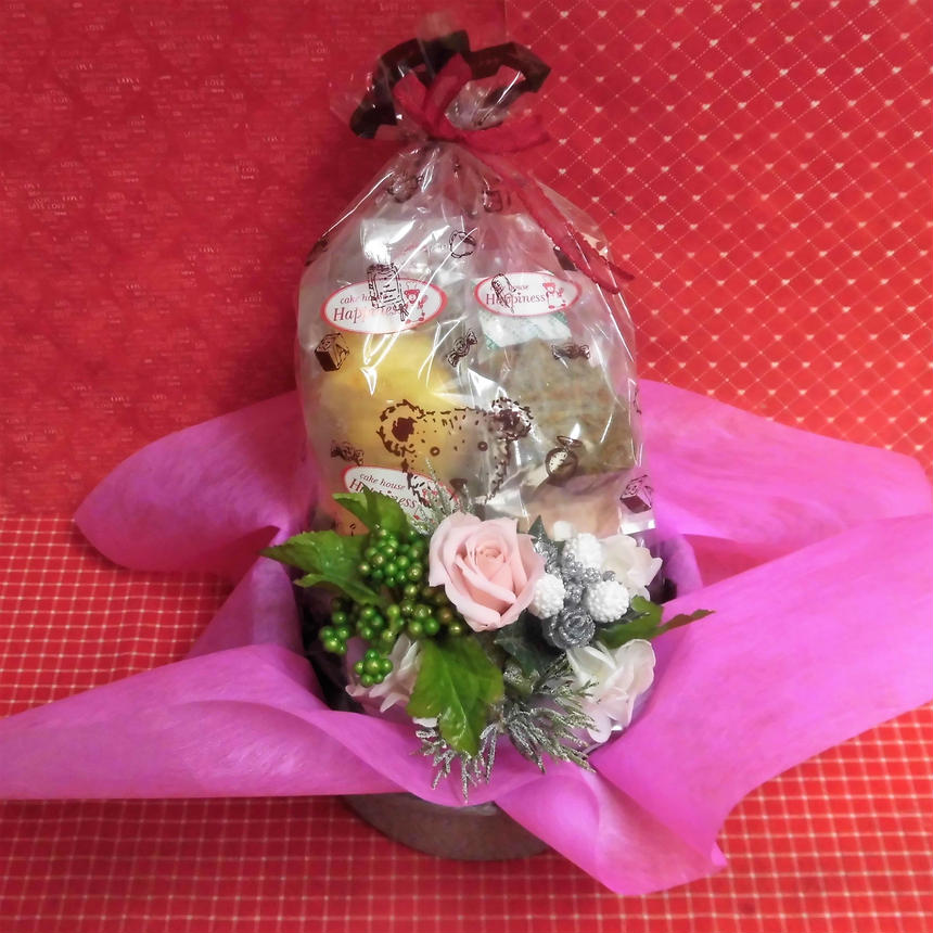 銀縁に輝いた陶器にクリスマスアレンジした薔薇のプリザーブドフラワーアレンジと冬の焼き菓子8袋のギフトセット