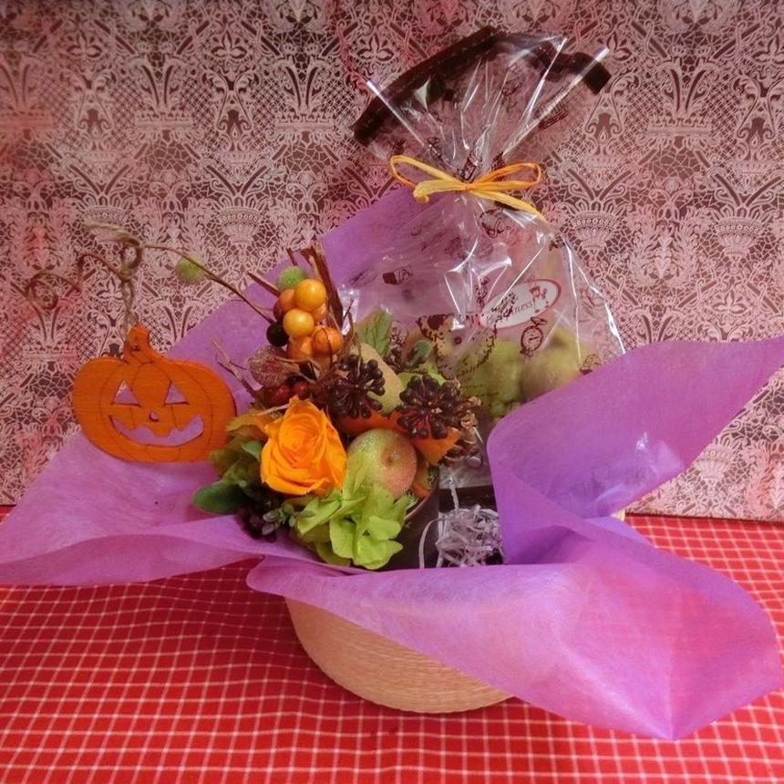 実りの秋をイメージして作ったプリザーブドフラワーアレンジと秋の焼き菓子2袋のギフトセット
