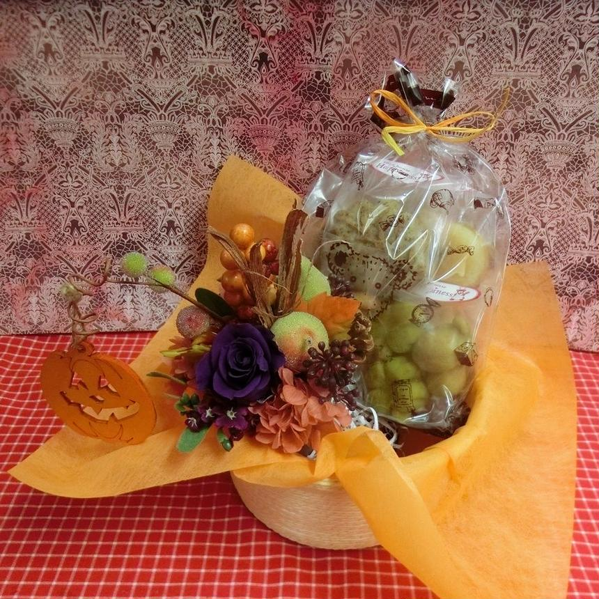 実りの秋をイメージして作ったプリザーブドフラワーアレンジと秋の焼き菓子8袋ギフトセット