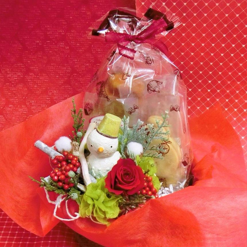 陶器のスノーマンと赤いバラのプリザーブドフラワーを使った可愛いアレンジと冬の焼き菓子6袋のギフトセット