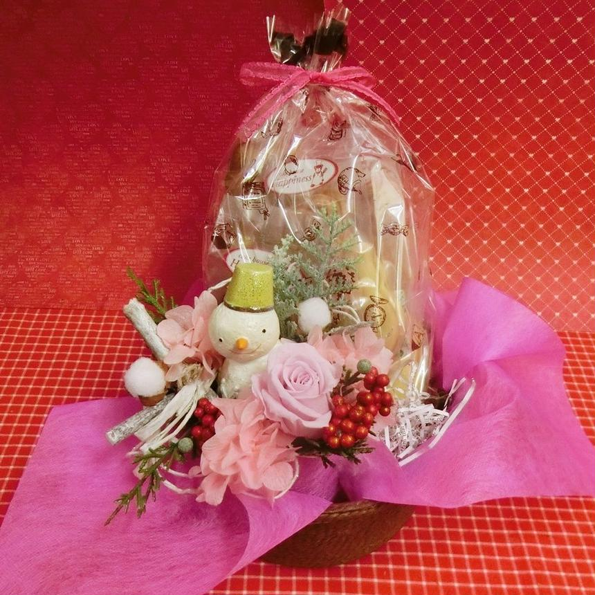 陶器のスノーマンとピンクのバラのプリザーブドフラワーを使った可愛いアレンジと冬の焼き菓子8袋のギフトセット