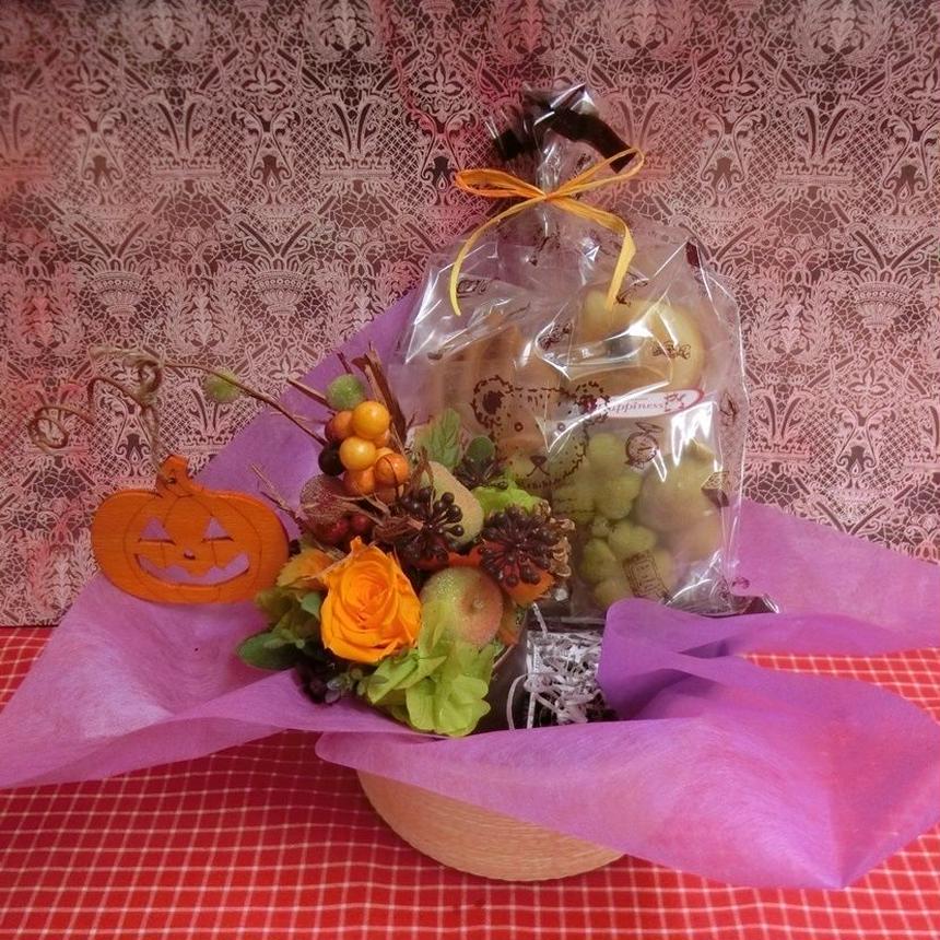 実りの秋をイメージして作ったプリザーブドフラワーアレンジと秋の焼き菓子6袋ギフトセット