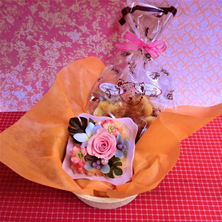 シャーベットカラーのフレームにアレンジした薔薇のプリザーブドフラワーと野菜や果物を使った焼き菓子6袋のセット♪