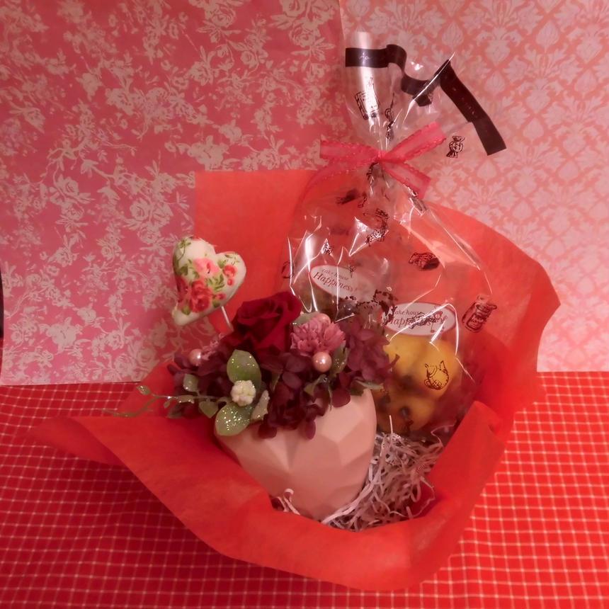 立体ハートの陶器にアレンジしたプリザーブドフラワーとハートの焼き菓子6袋のギフトセット  のコピー