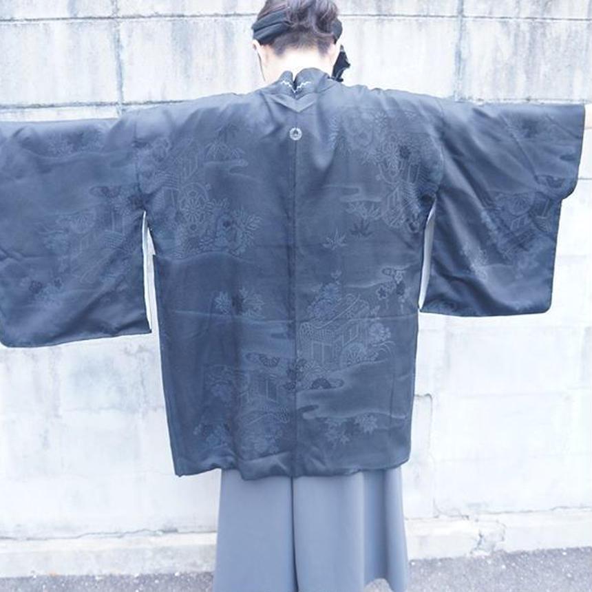 真っ黒に見えるけどよく見たら全面に描かれてる羽織