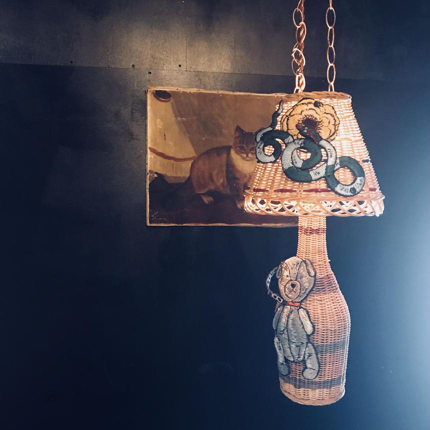 食卓を照らすランプ     鎖につながれちゃったテディベア