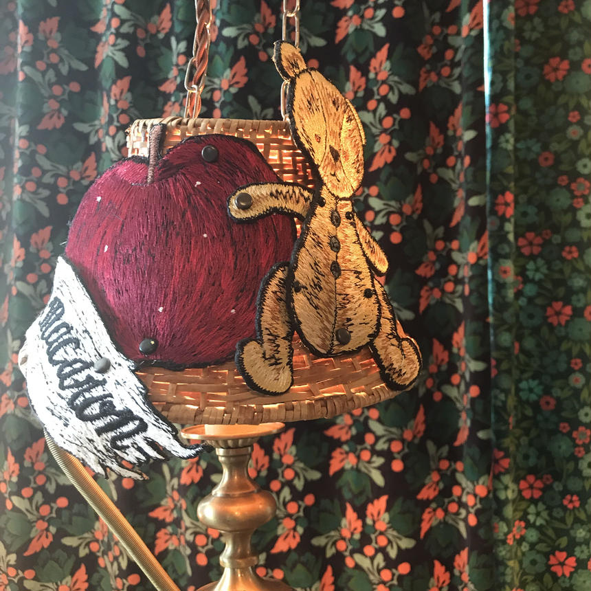 食卓テーブル照らすランプ     テディベアと林檎