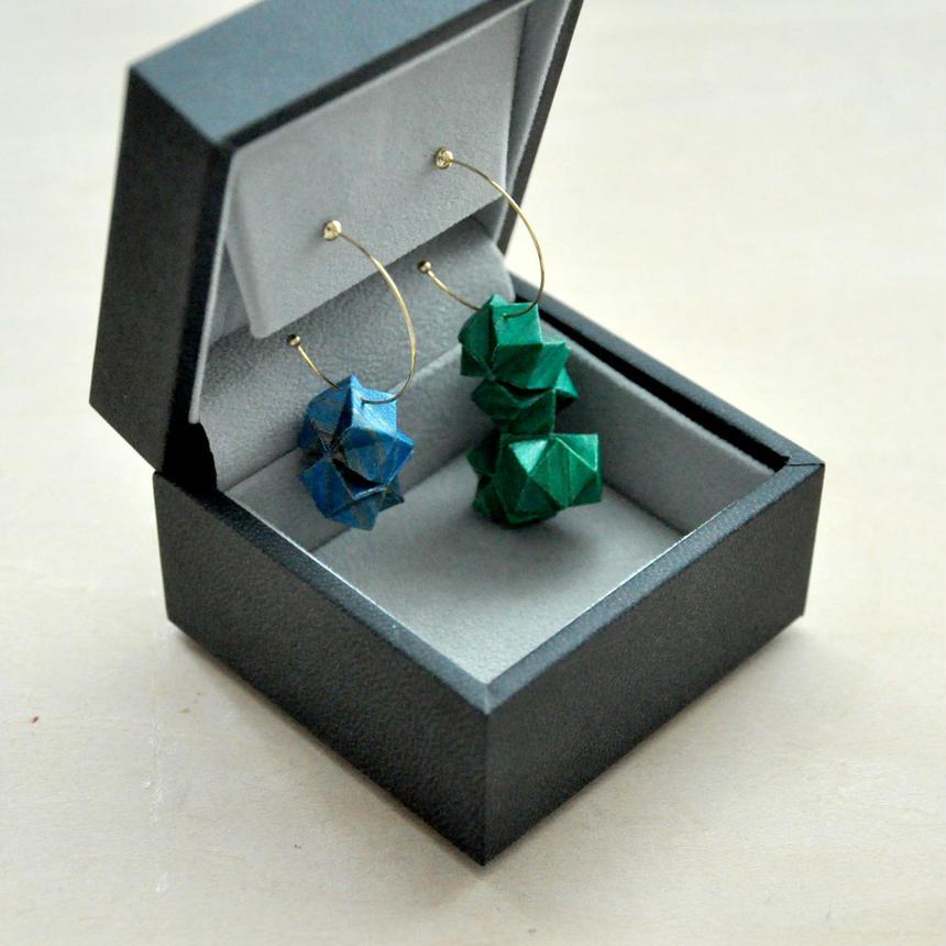 木の原石(右:緑・左:青)