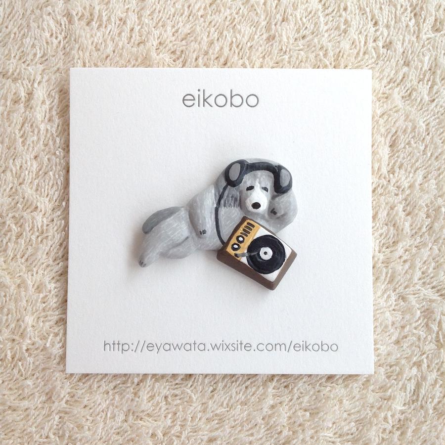 eikobo  |  レコードを聞く犬ブローチ