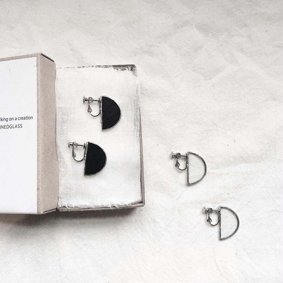 【doro】SEMI CIRCLE EARRINGS 両耳イヤリング BLACK | CLEAR